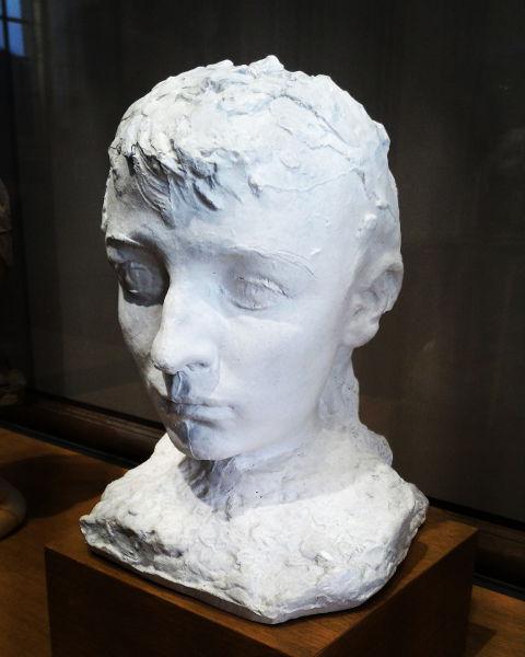 Fotografia del busto di Camille coi capelli corti
