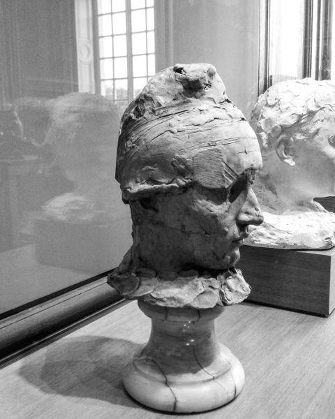 Fotografia del busto di Camille Claudel con berretto
