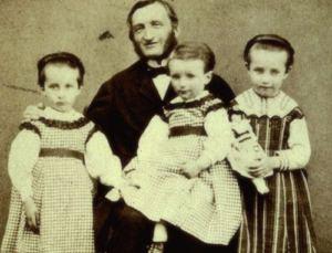 Fotografia di Louise Prosper Claudel con i figli tra cui la figlia Camille Claudel