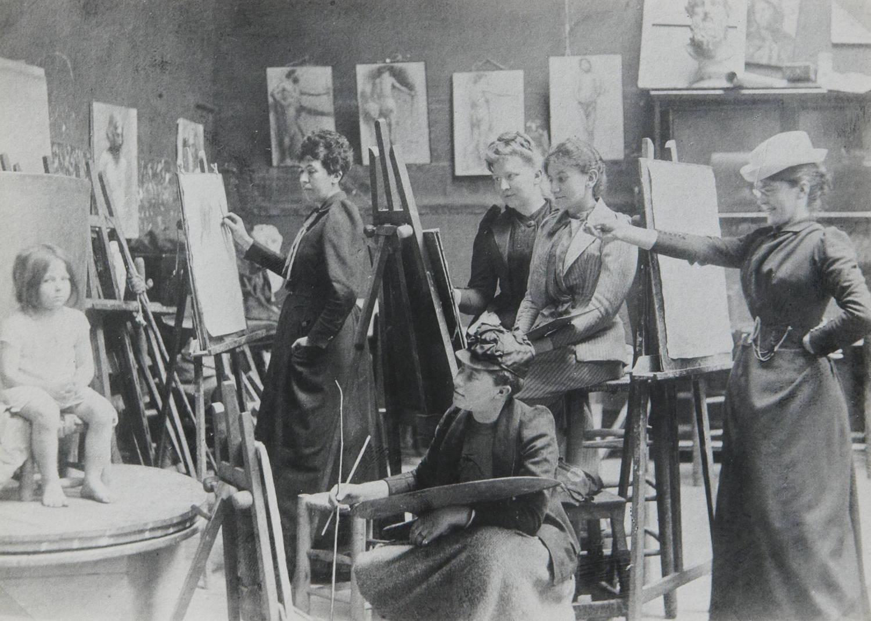 Fotografia dell'Accademia Colarossi dove si riconoscono le pittrici Ida Gerhardi e Jelka Rosen, contemporanee di Camille Claudel