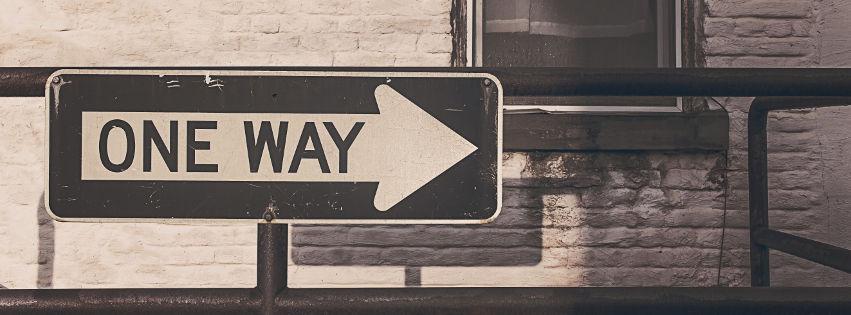 profilo facebook immagine copertina con cartello stradale con scritto ONE WAY