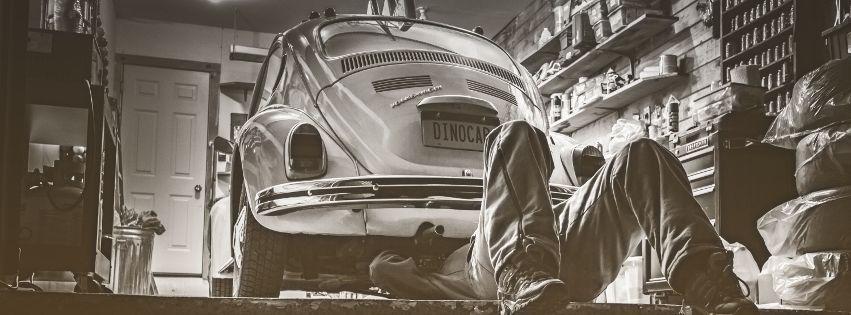 profilo facebook immagine copertina con meccanico che ripara un maggiolino
