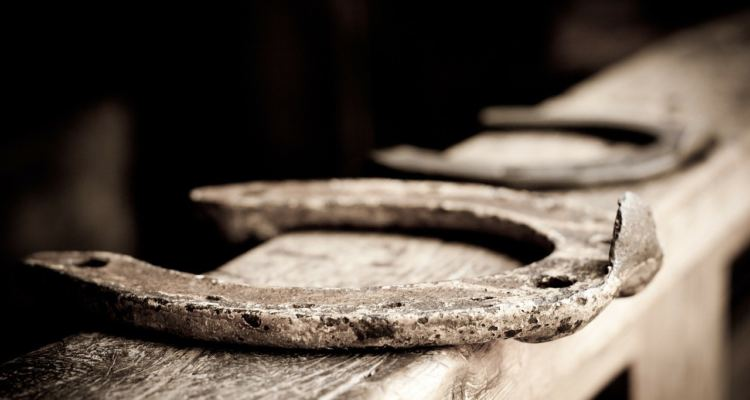 Un ferro di cavallo poggiato su un'asse di legno
