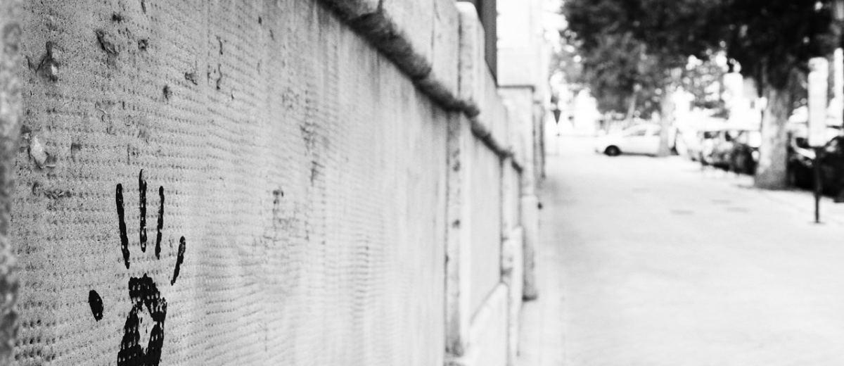 impronta di mano su un muro