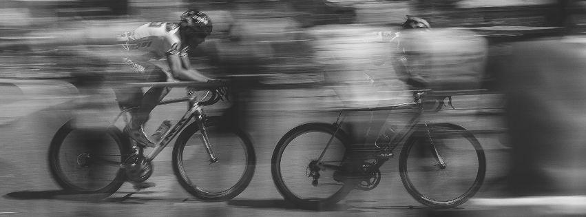 profilo facebook immagine copertina con due ciclisti in movimento