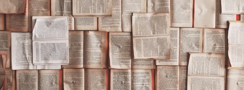 profilo facebook immagine copertina con libri aperti appesi ad una parete