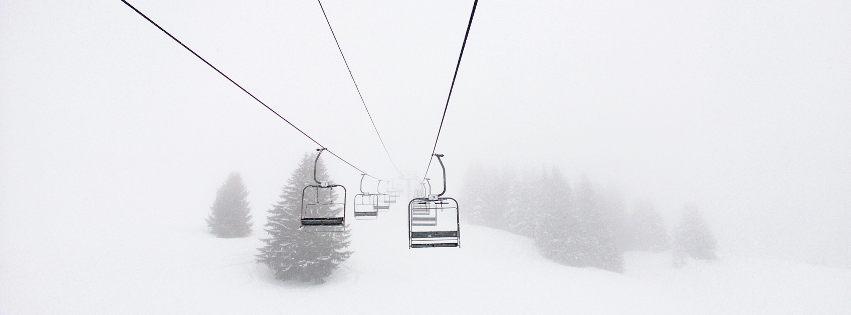 profilo facebook immagine copertina con funivia nella nebbia su una montagna innevata