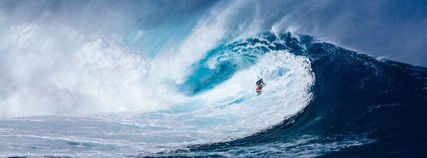 profilo facebook immagine copertina con onda sul mare con surfista