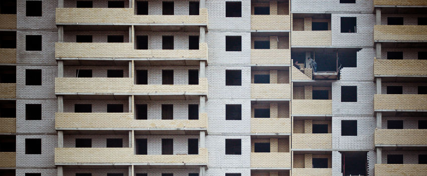 profilo facebook immagine copertina con foto di una palazzina con due operai che stanno riparando un balcone