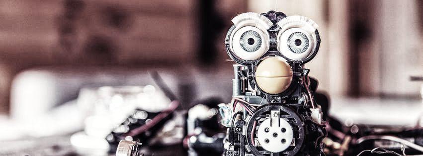 profilo facebook immagine copertina con piccolo robot smontato