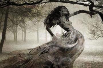 fantasma di donna in un bosco