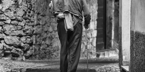 uomo anziano di spalle