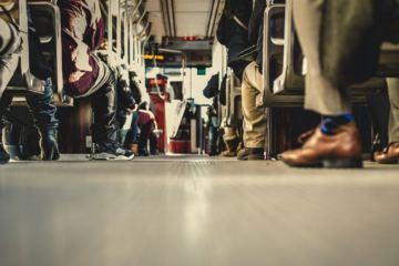 visione delle gambe e dei piedi di un gruppo di passeggeri di un autobus