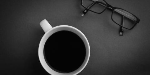 tazzina di caffè e occhiali