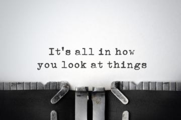 Frase scritta con macchina per scrivere: It's all in how you look at things