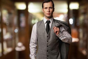 Uomo elegante davanti ad un negozio