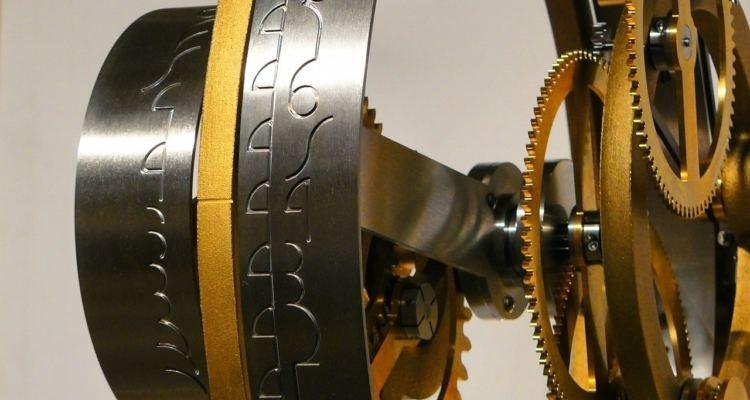 parte di un meccanismo con incisi una serie di simboli