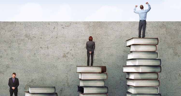 uomini d'affari su pile di libri