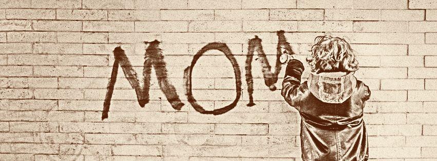 profilo facebook immagine copertina con bambino che scrivo MOM sul muro